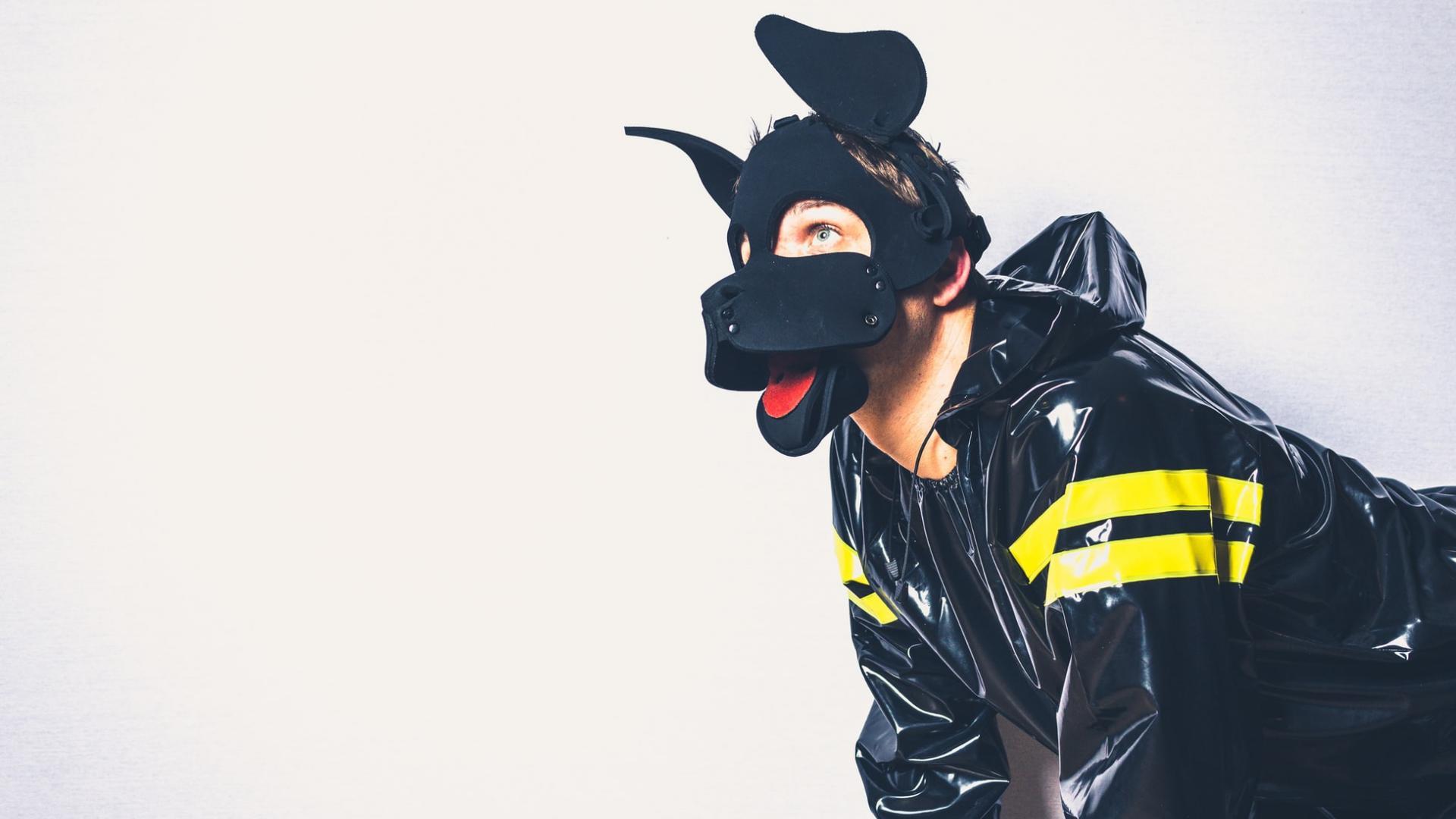 Mann im Hundekostüm