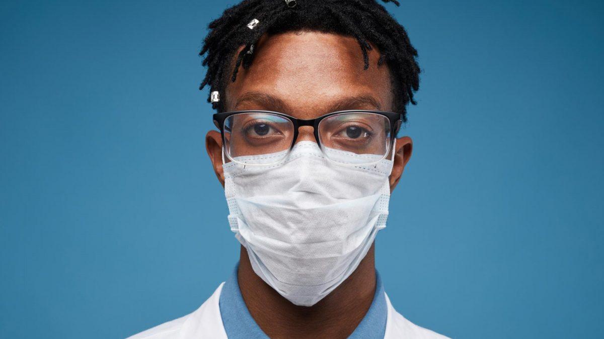 Mann trägt Mundschutz & Brille