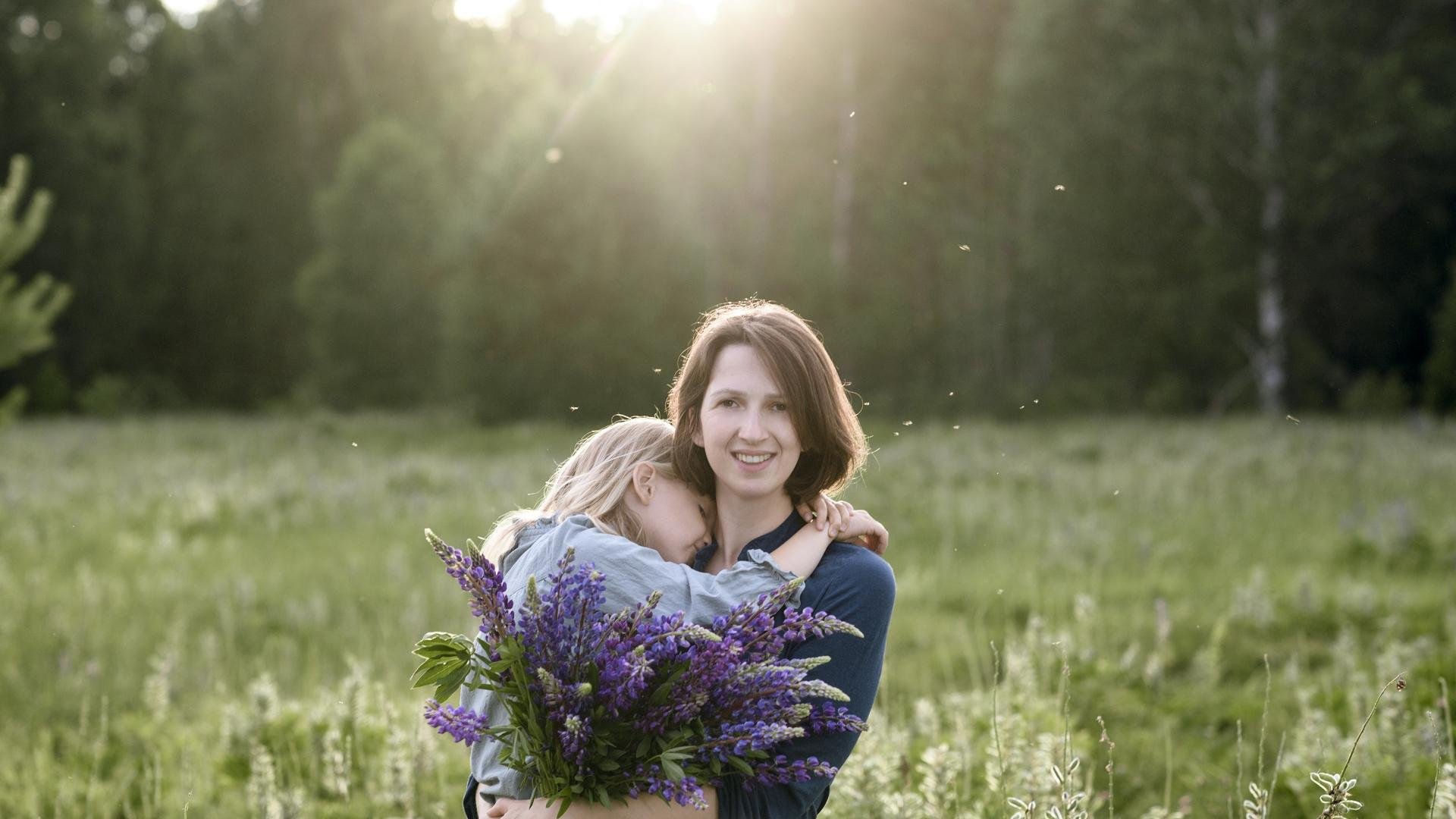 Mutter mit ihrer Tochter und Blumenstrauß