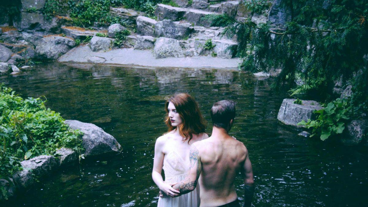 Pärchen im Wasser, sie blicken in die andere Richtung