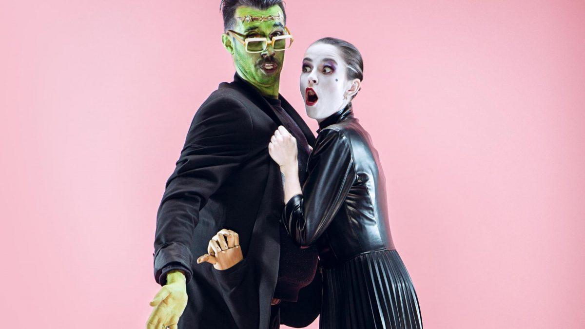Pärchen in Halloween Partnerkostümen verkleidet