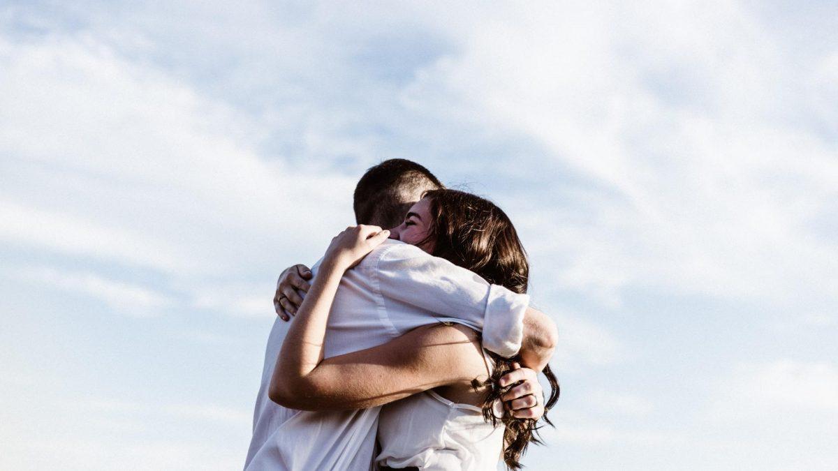 Pärchen umarmt sich