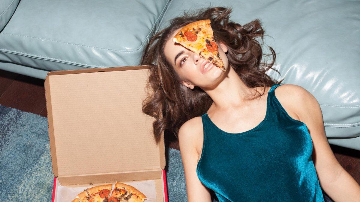 Pizza Frau, Essen auf dem Bodem