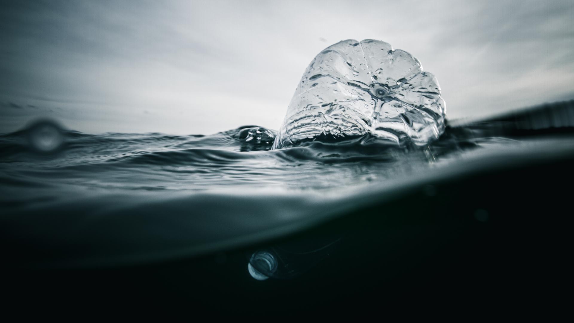 Plastikflasche schwimt im Meer