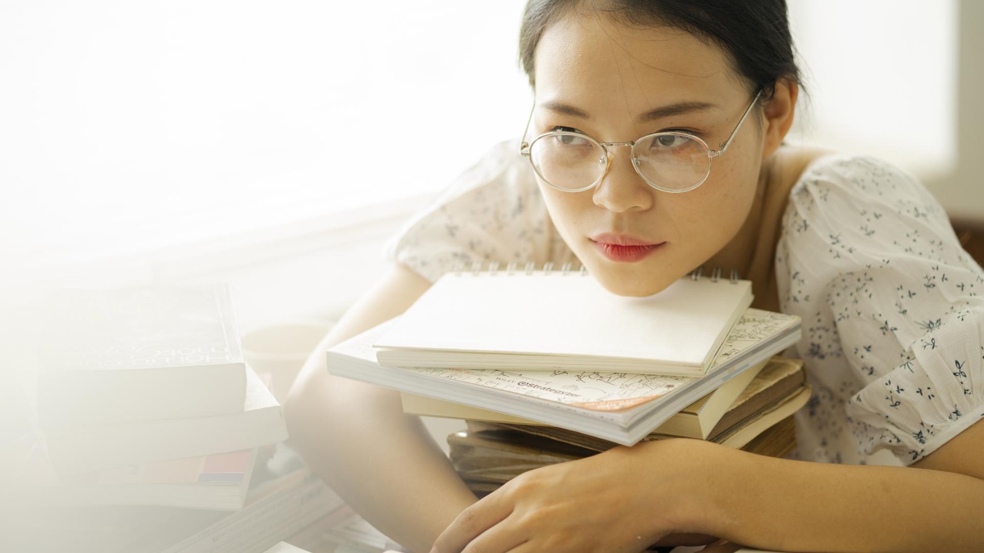 Prüfungsstress Studentin mit Büchern