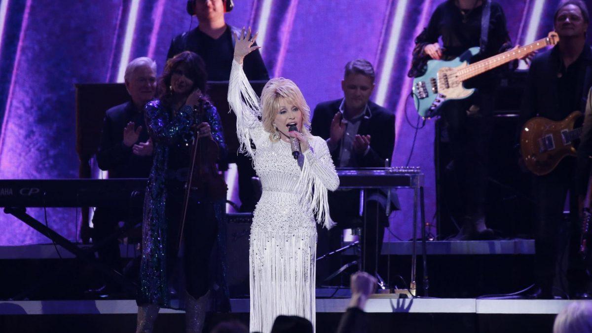 Sängerin mit blonden Haaren und Glitzerkleid auf der Bühne