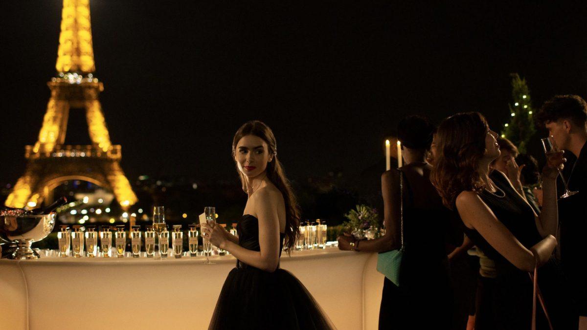 Schauspielerin Lily Collins in schwarzem Abendkleid vor Eiffelturm
