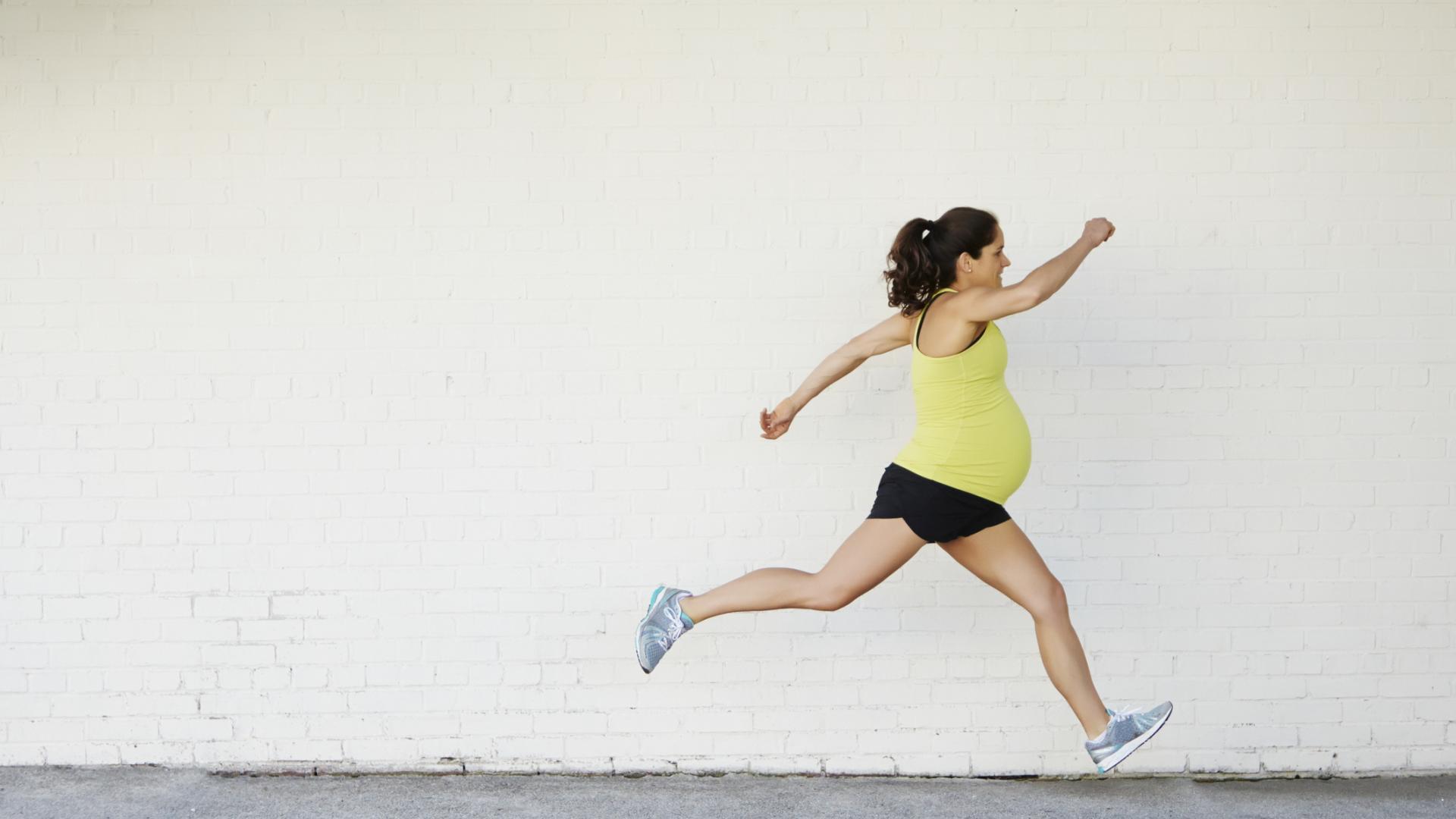 Schwangere joggt