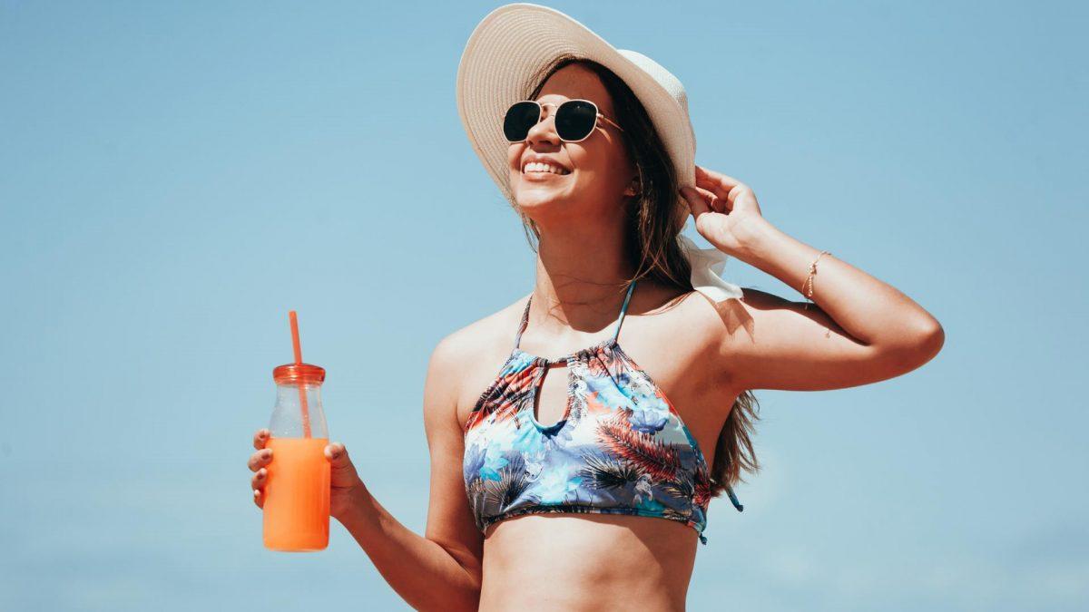 Sommer Strand Bikini Trinken Sonnenhut Sonnenbrille