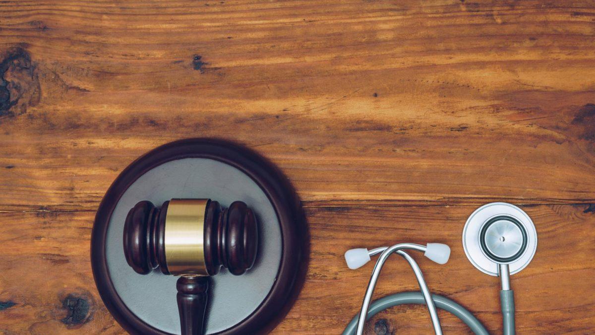 Stethoskop und Richterhammer