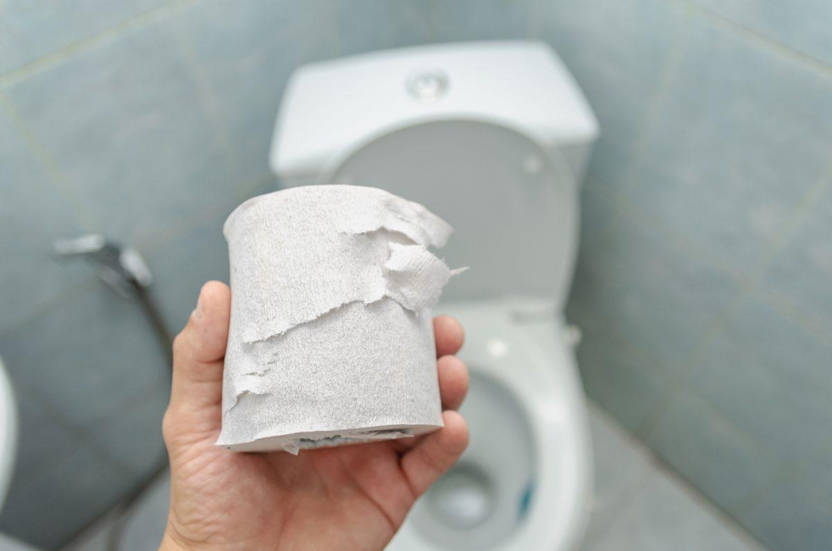 Toilettenpapier nicht auf die Klobrille legen