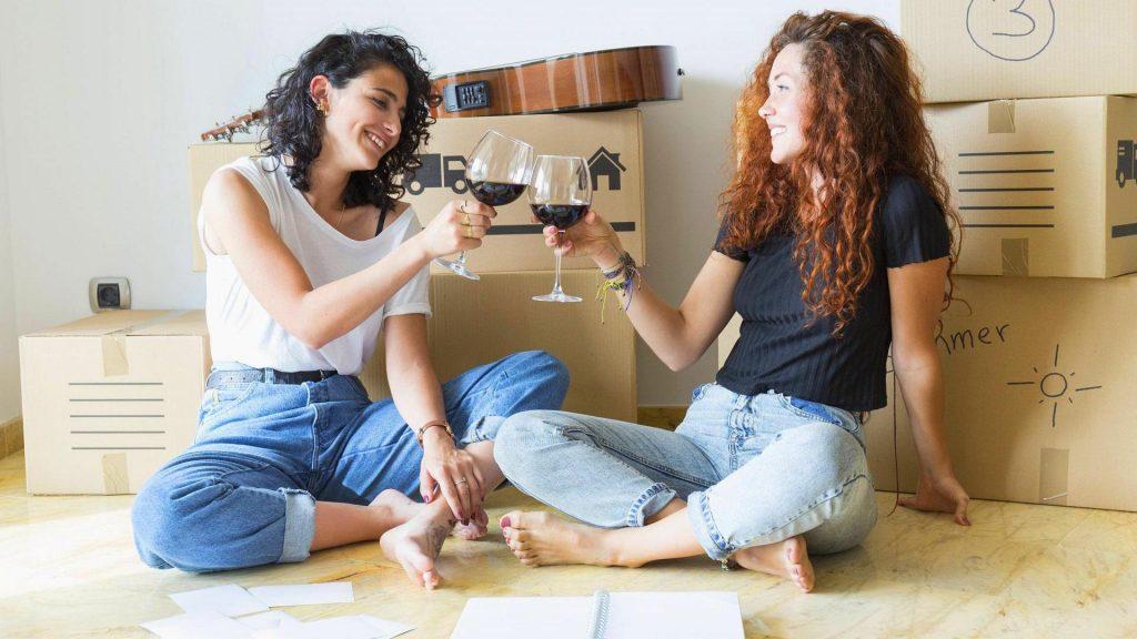 Umziehen Tipps: Zwei Freundinnen beim Umzug