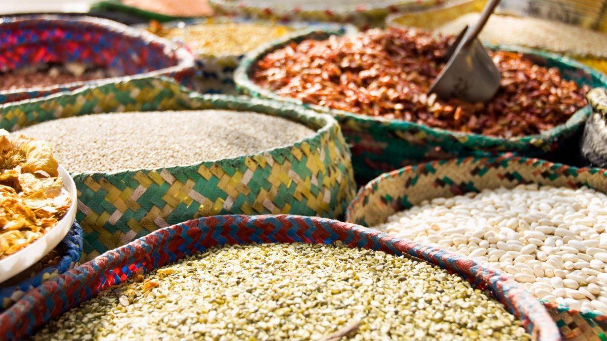 Verkauf von Hülsenfrüchten in großen Behältern auf dem Markt