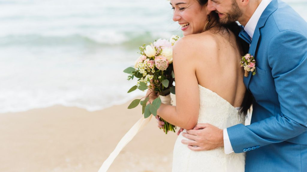 Verliebtes und fröhliches Pärchen am Strand
