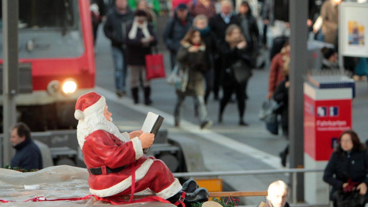 Weihnachten weihnachtsmann straße menschen laufen