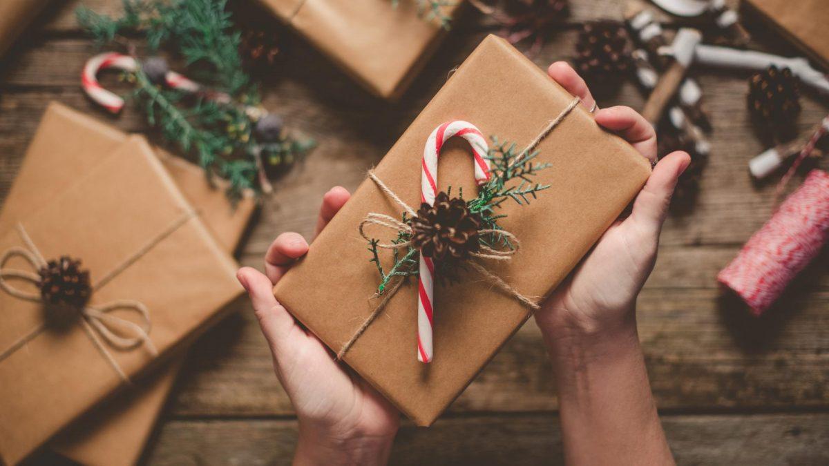 Weihnachtsgeschenke verpacken, Packpapier, Natur