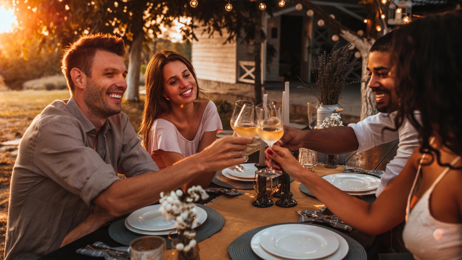 Weißwein Sorten menschen freunde dinner wein pärchen romantisch essen trinken
