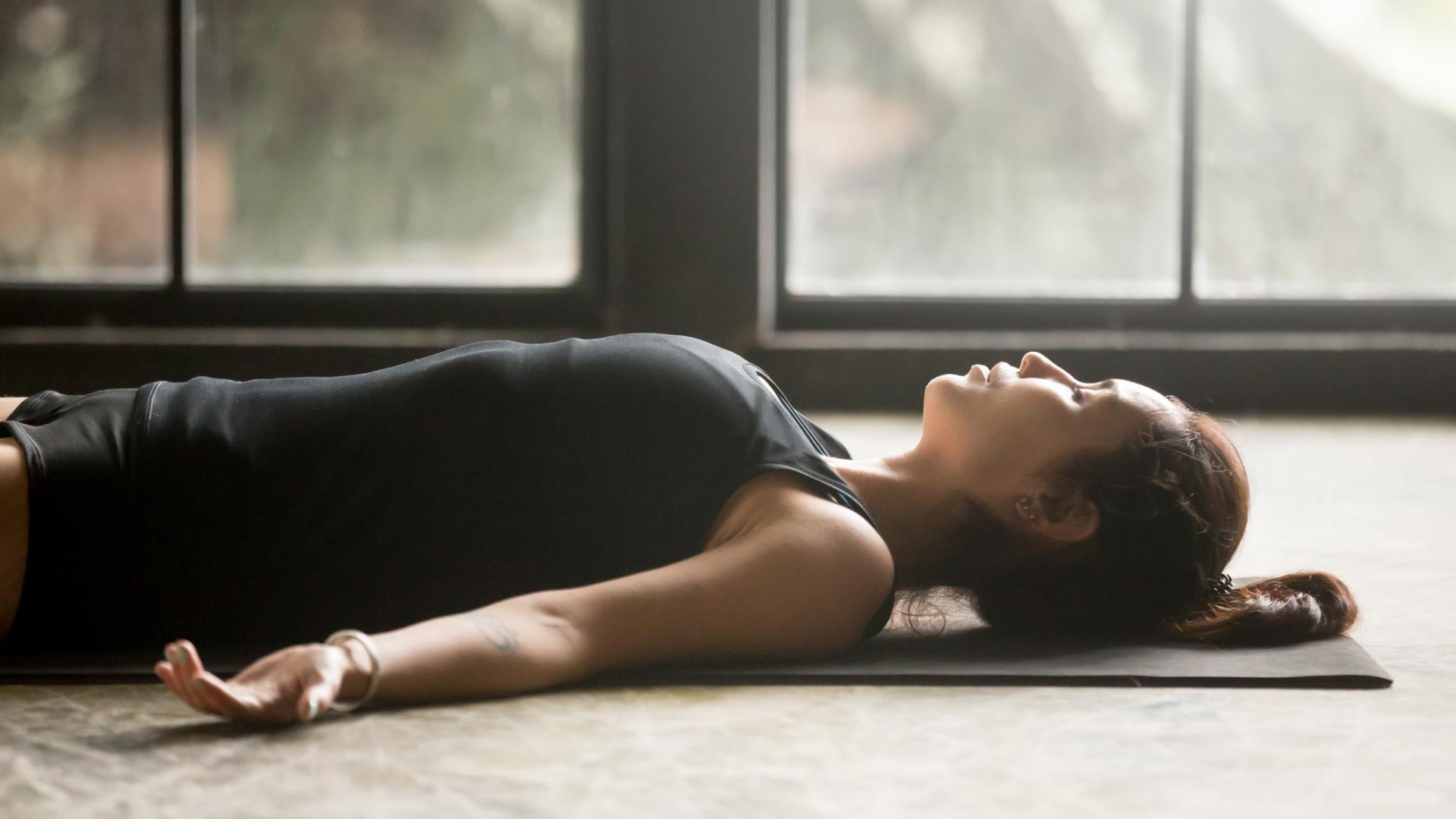 Yoga frau liegen boden