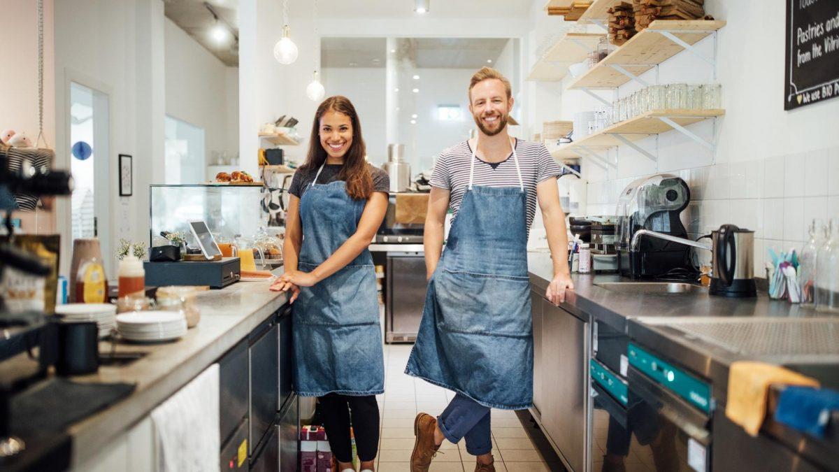 Zwei menschen in der küche