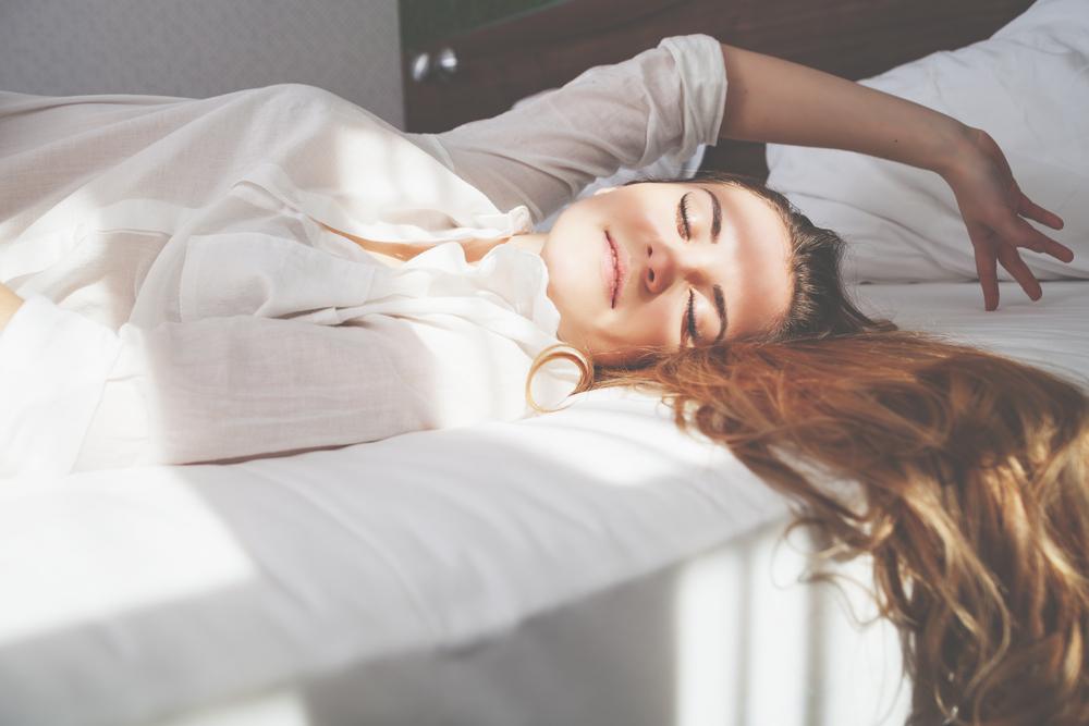 aufstehen, schlafen morgen aufwachen bett frau kuscheln