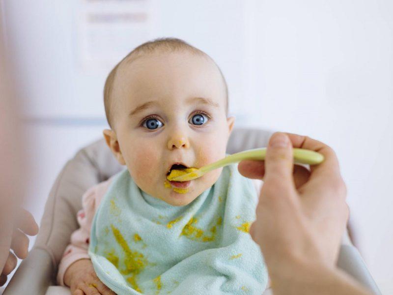 baby isst babyanahrung brei essen lecker hochstuhl mama kind