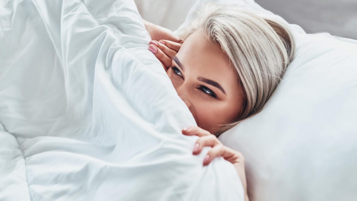 decke frau bett schlafen träumen sexy