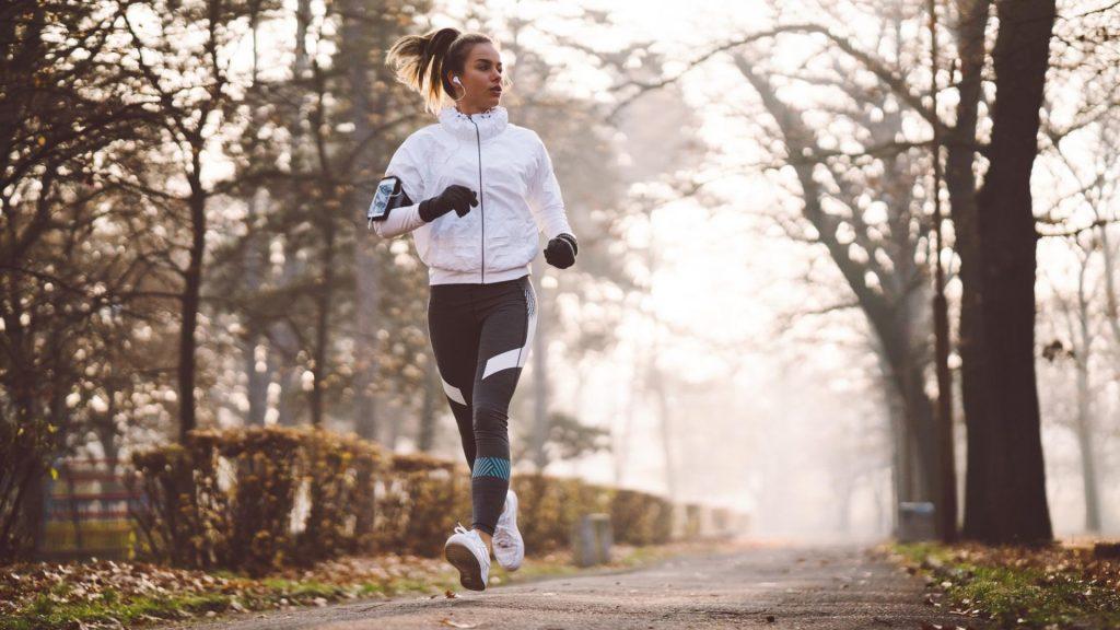 frau joggen sport kälte fitness fitnessarband laufen musik hören