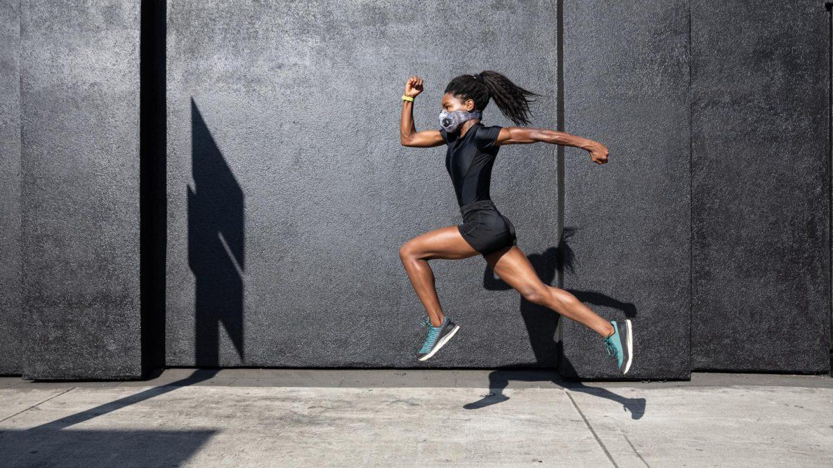 frau sport gesichtsmaske schwarz afro fitness corona motivation