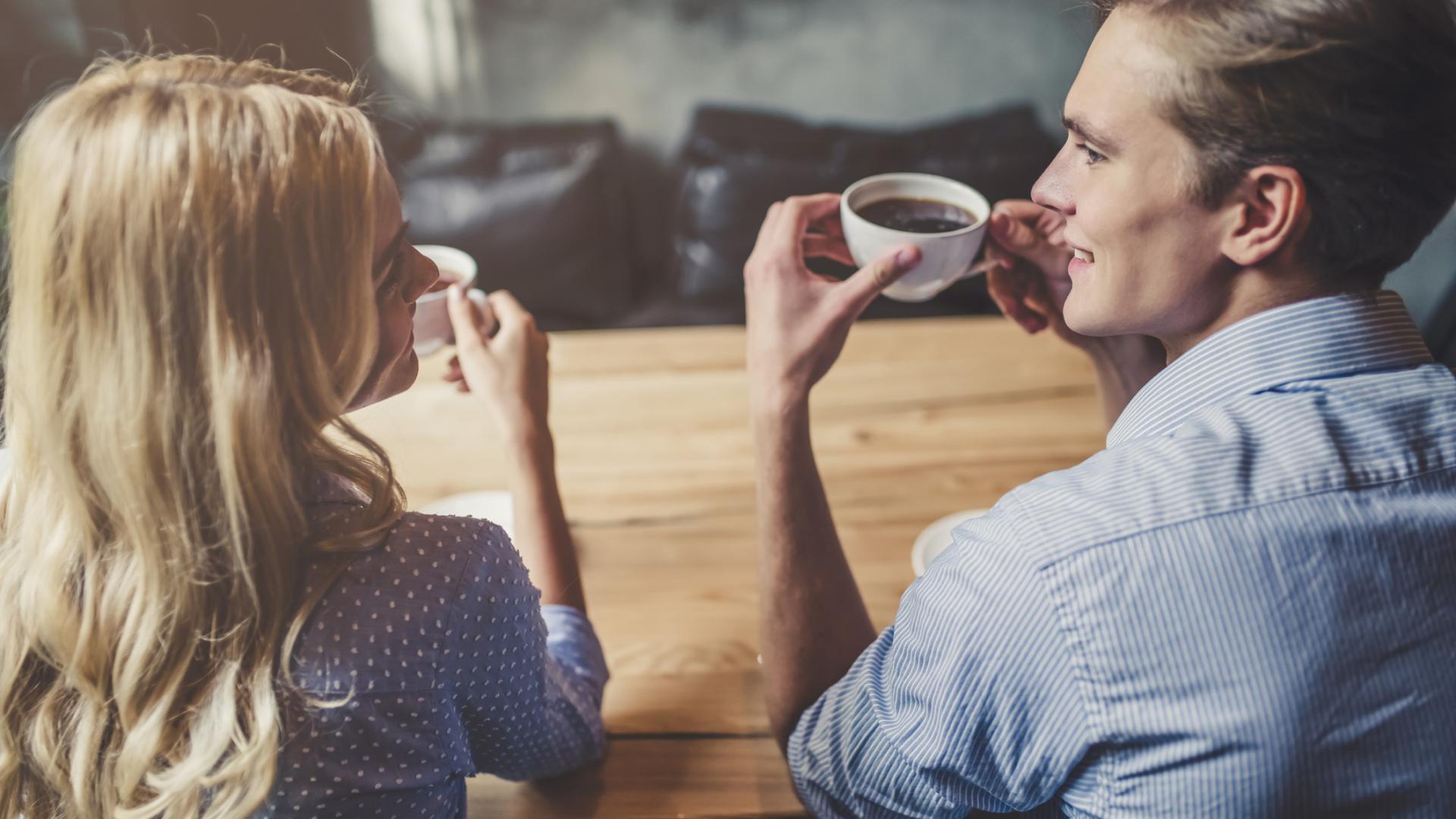 frau und mann trinken kaffee zusammen