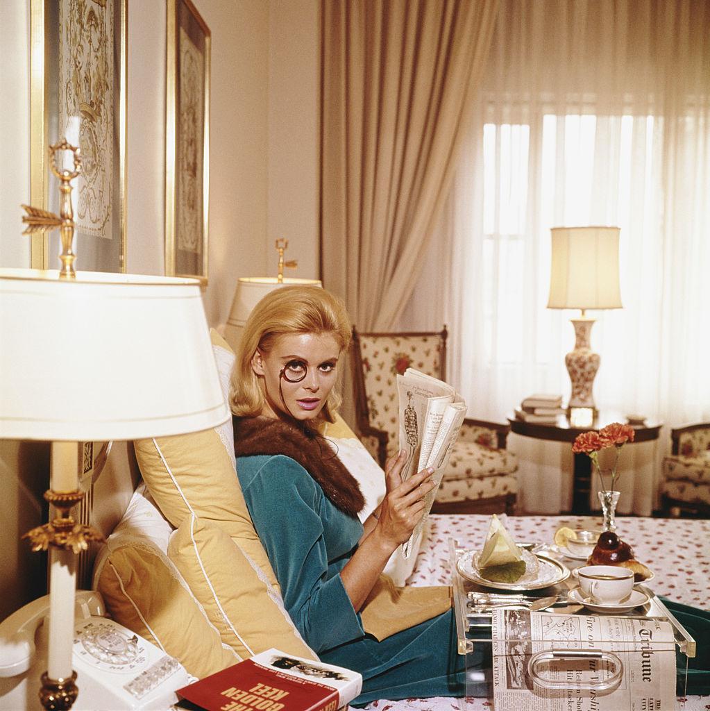 kafffee morgens Monocled Miss frühstück zeitung lesen bett kuschelig frau blond
