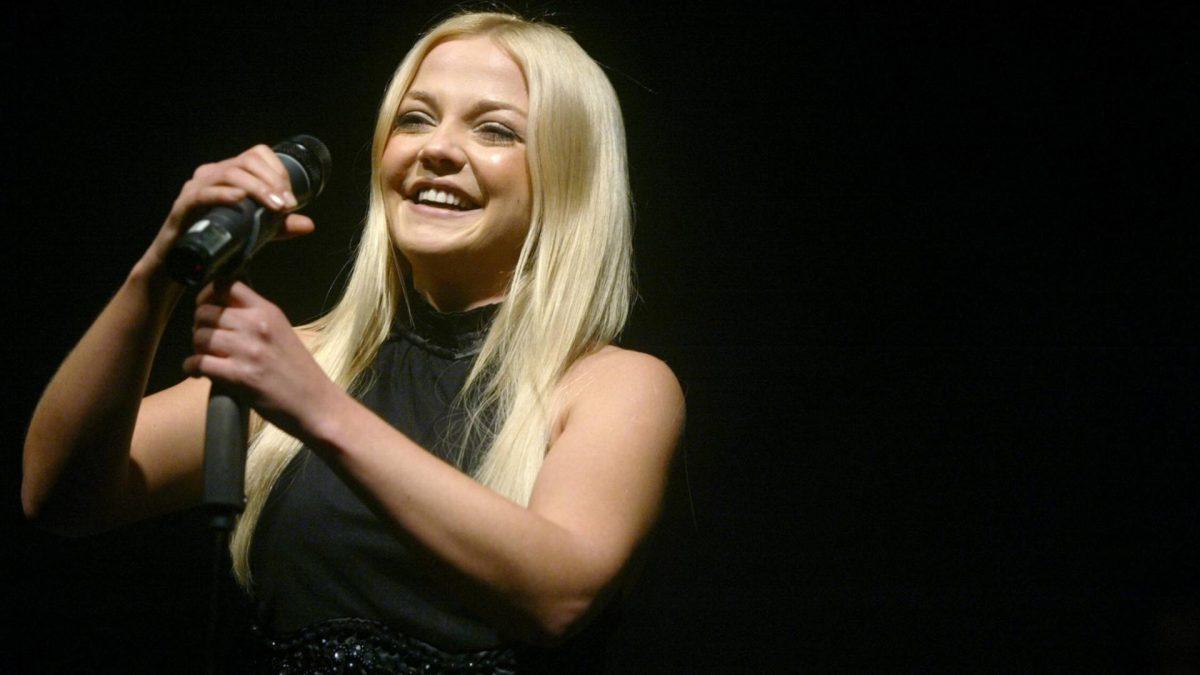 lachende Sängerin Annett Louisan auf der Bühne