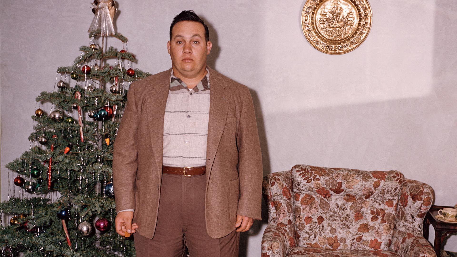 mann weihnachtsbaum weihnachten dick wohnzimmer
