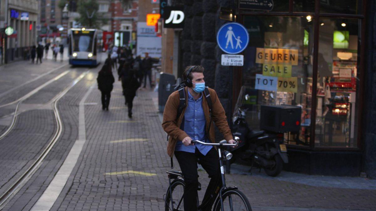 maskenpflicht auf der straße mann fahrrad stadt