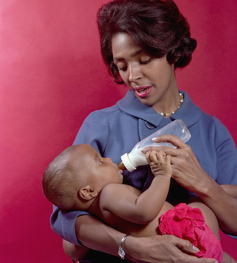 mutter schwarz baby flasche trinken essen kind zuhause familie retro 50er jahre