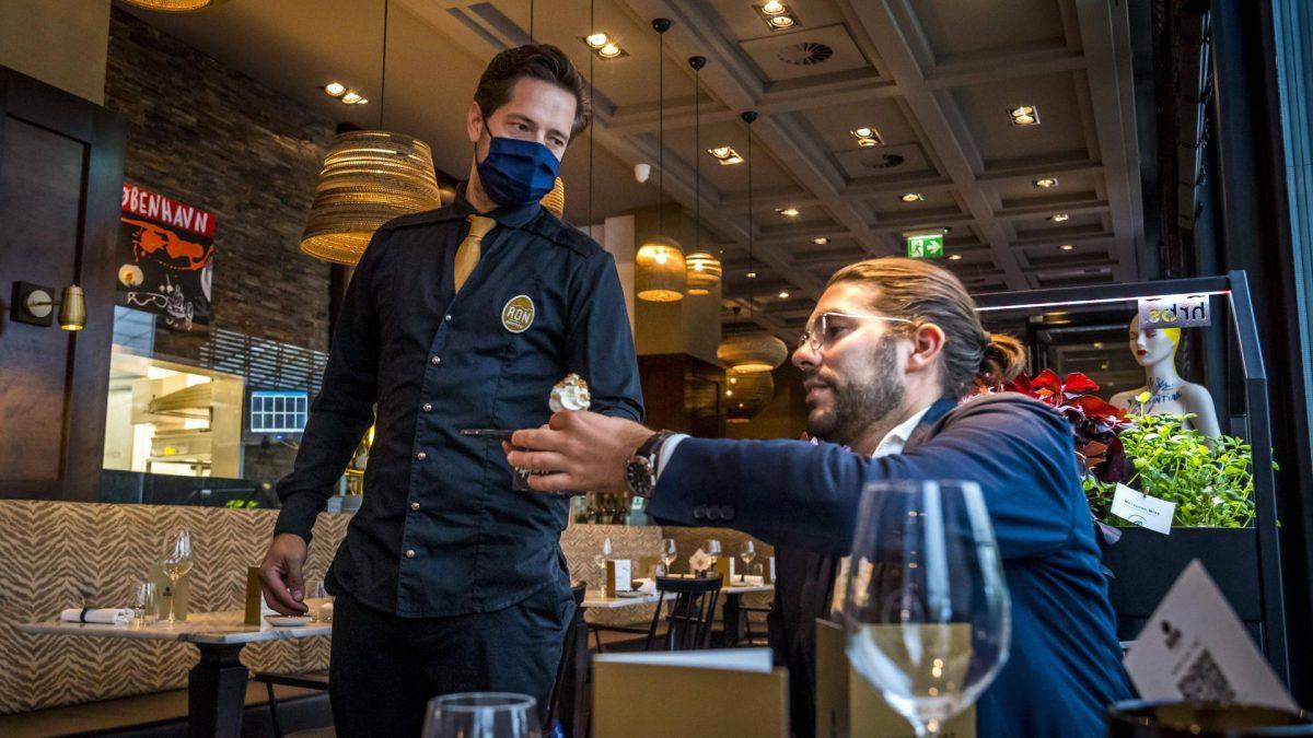 restaurant mann kellner essen corona