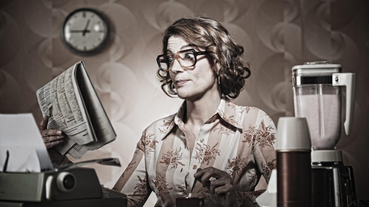 retro Frau Küche Zeitung lesen Kaffee Büro Office