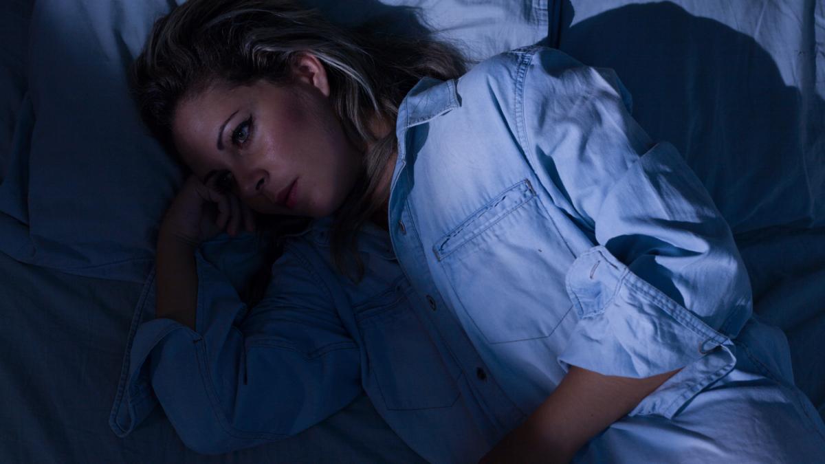 schlafstörung corona spätfolge symptom frau bett