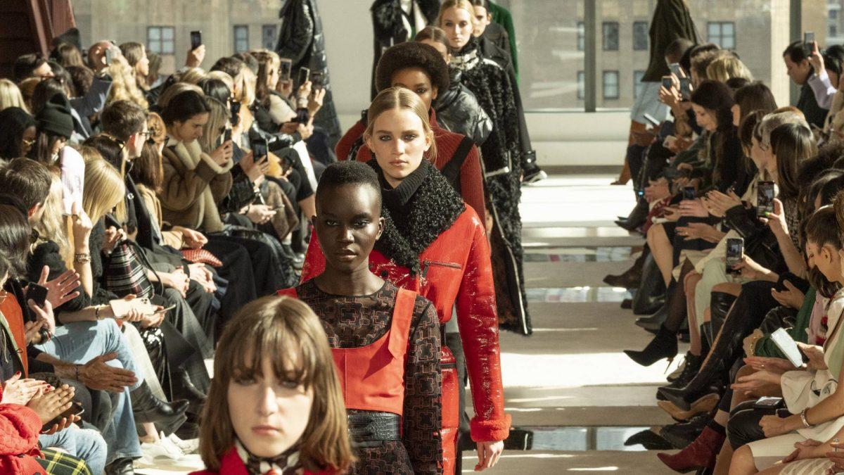 schwarze models bei der longchamp fashion show.