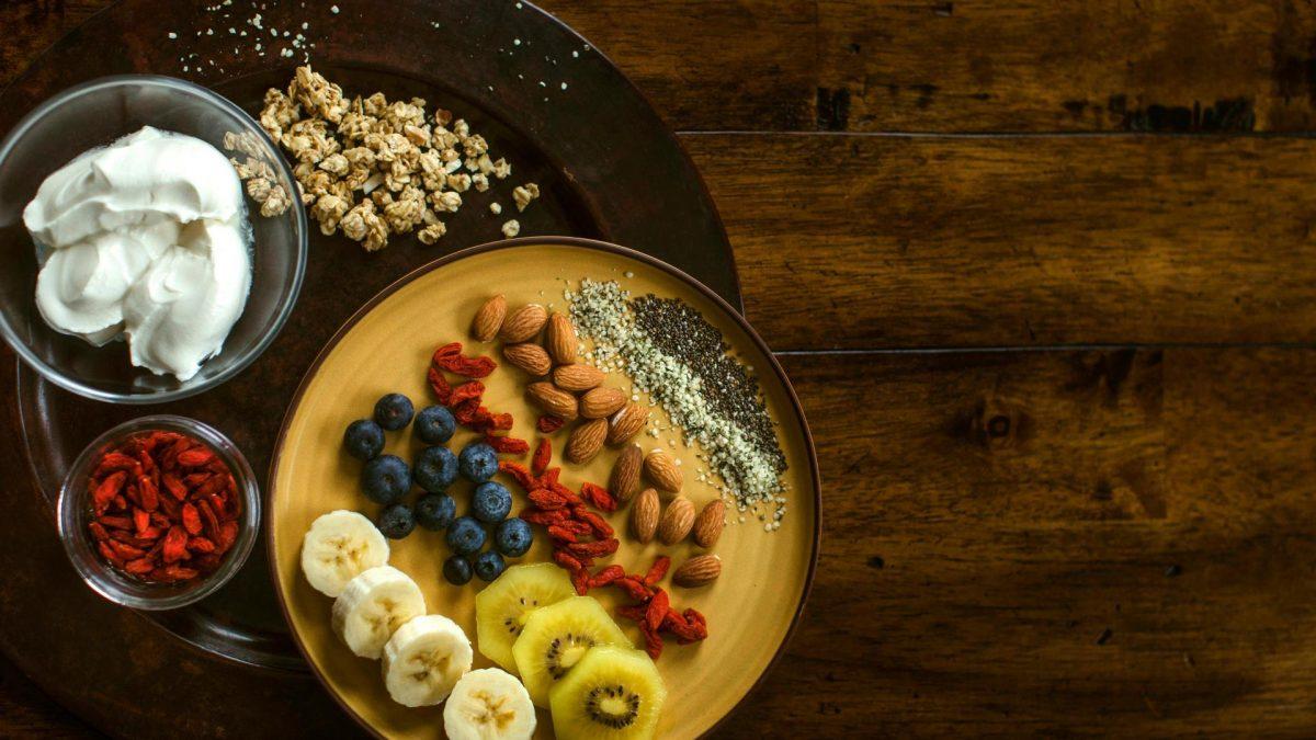 superfood goji beere banane brombeere heidelbeere telller sahne nüsse kiwi mandel
