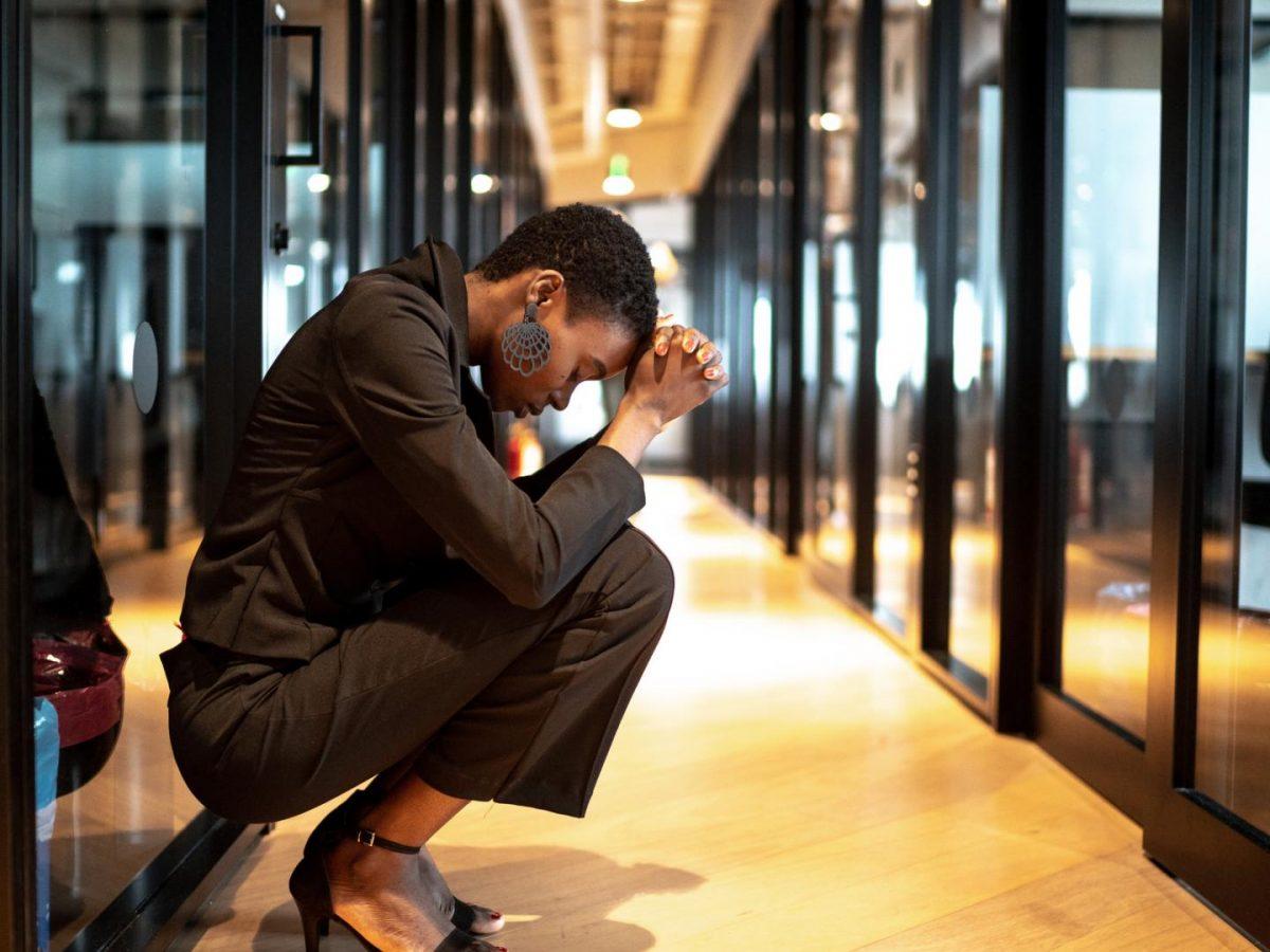 müde job beruf frau traurig