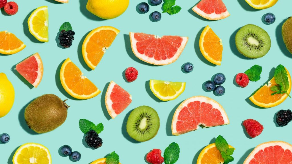 verschiedene Obstscheiben auf einem hellblauen Hintergrund