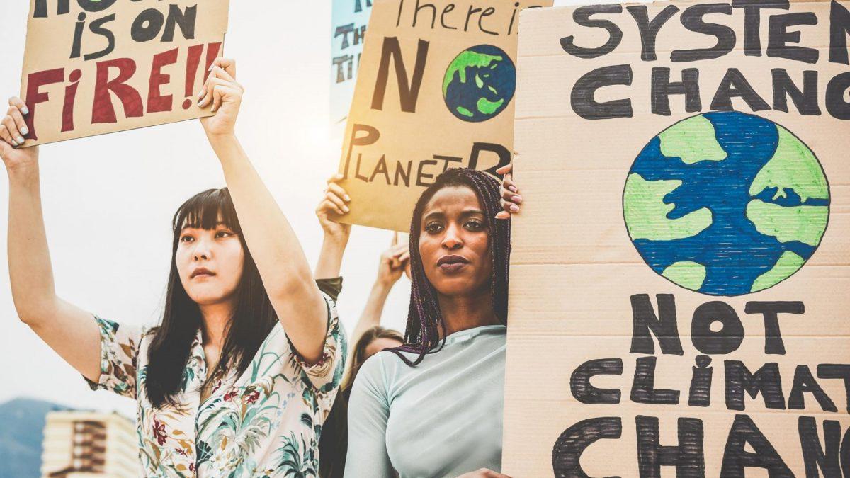 zwei Frauen demonstrieren gegen den Klimawandel