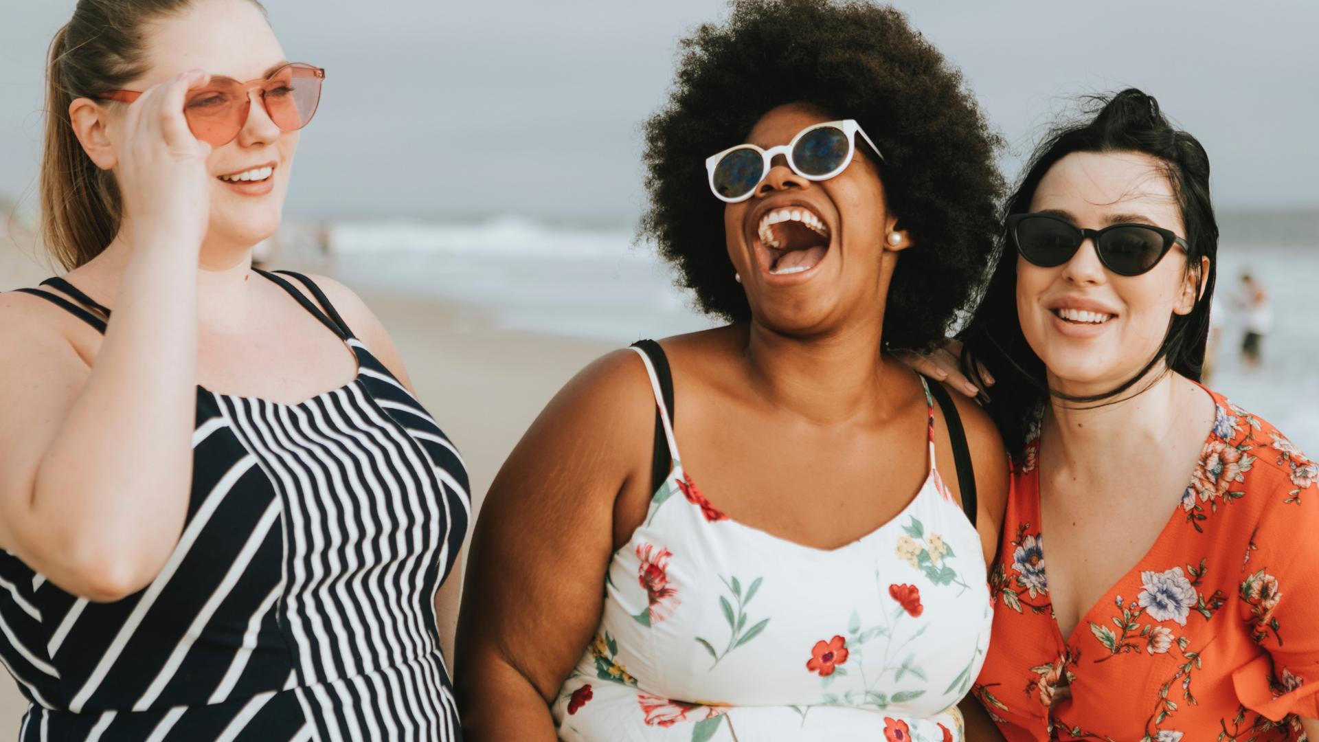 Drei kurvige Frauen lachen