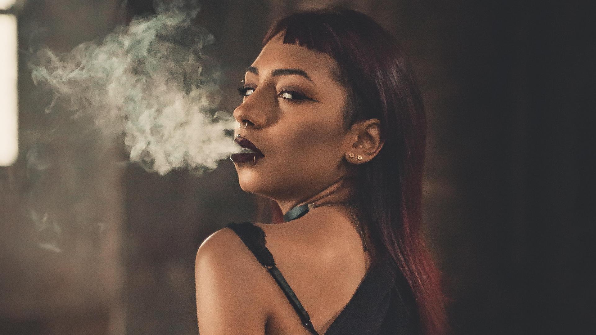 Frau raucht