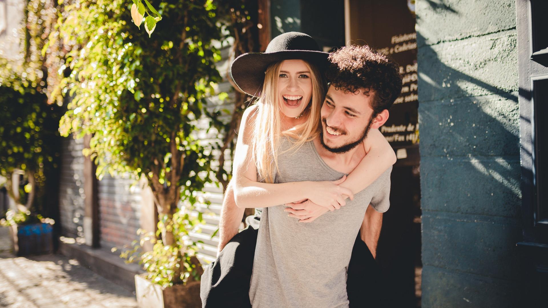 Pärchen lacht in die Kamera beim ersten Date
