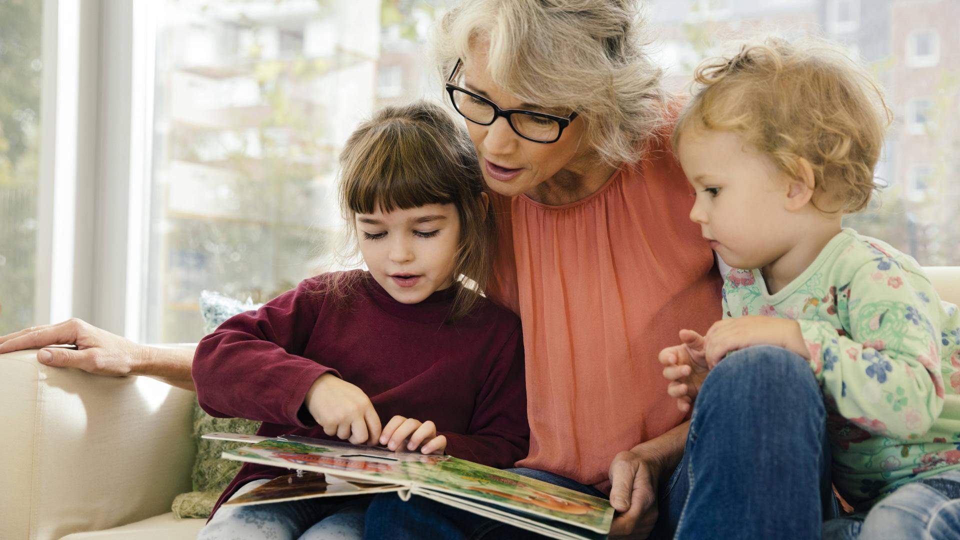 Oma liest ihren zwei Enkeln vor