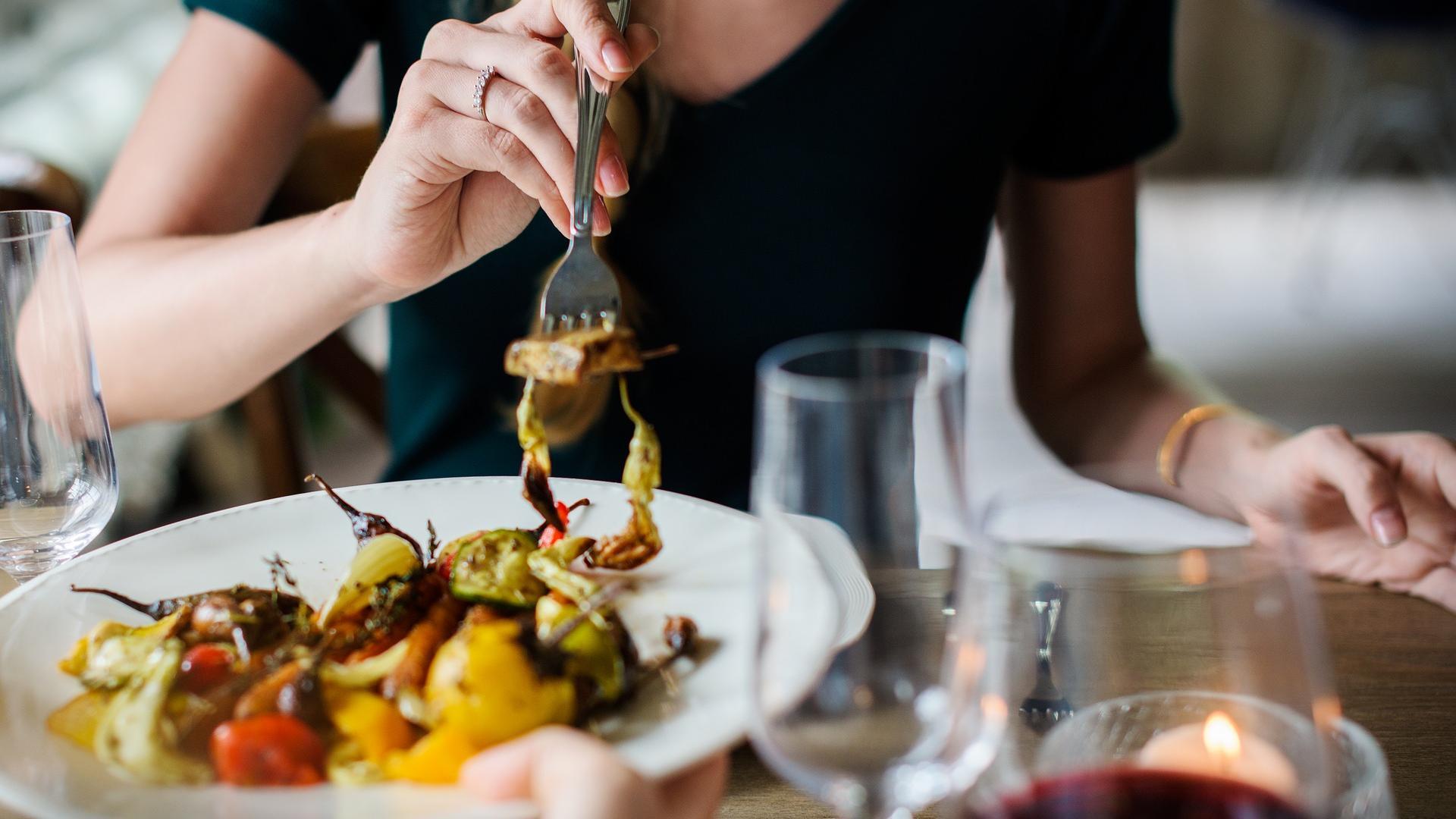 Restauranttisch mit Speisen