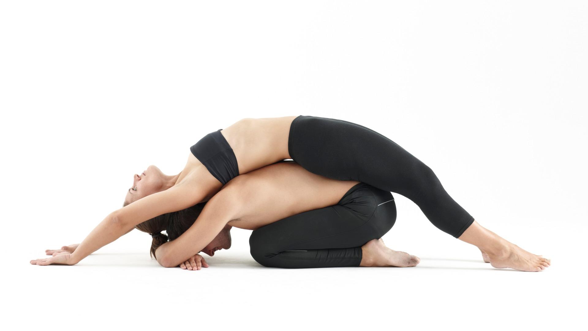 Mann und Frau machen eine gemeinsame Yoga Übung