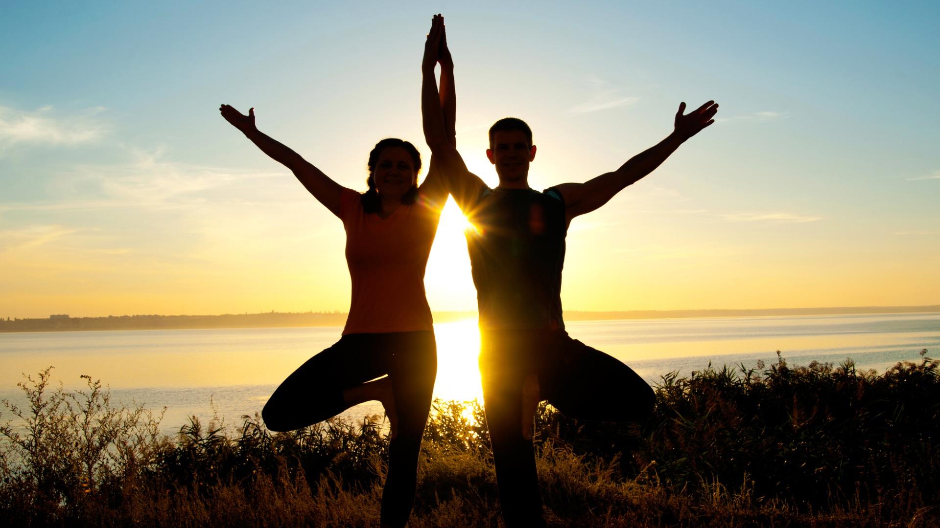 Paar macht eine Yogapartnerübung