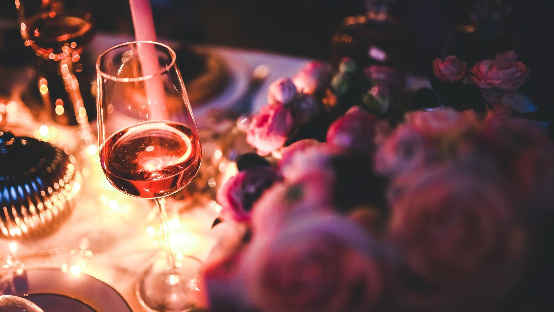 Glas Wein steht allein auf einer Party auf den Tisch